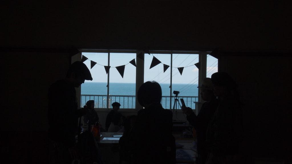 ライブ会場からは海が見える。