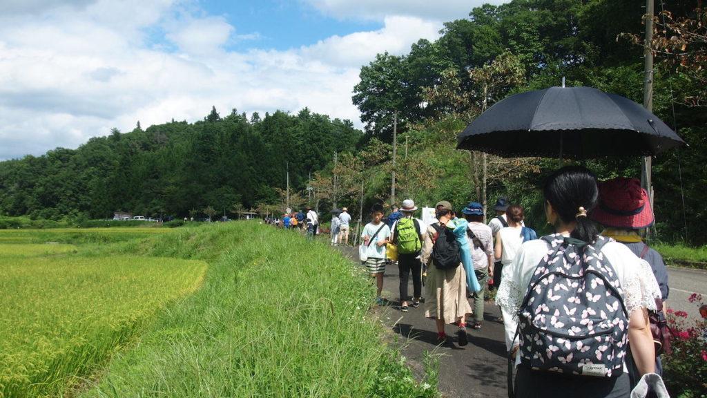 会場への道のりは田んぼ道